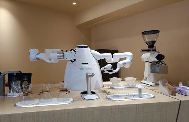 一杯醇香的咖啡被机器人创造出来全过程