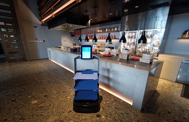 送餐机器人无事就巡察一下自己的地盘