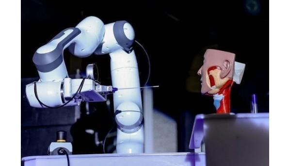 全球首台全自动鼻咽拭子核酸采样机器人原型机亮相