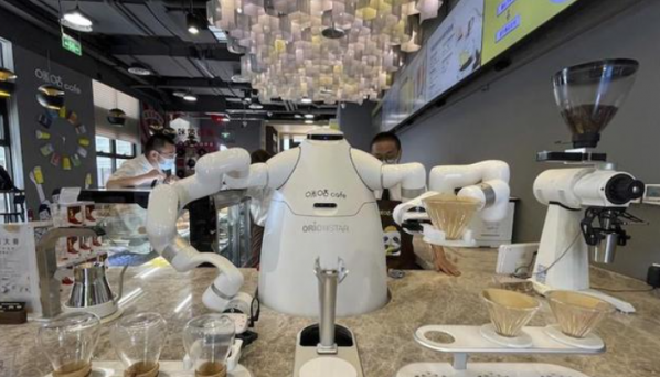 """服务机器人商用成现实 90后小伙教""""徒弟""""冲咖啡"""